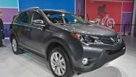 """""""Toyota"""" Losandželosas starptautiskajā autoizstādē prezentējusi ceturtās paaudzes """"RAV4"""". Krosovera eksterjerā atpazīstamas jaunā """"Toyota Auris"""" dizaina iezīmes. Kā jau tas tradicionāli..."""