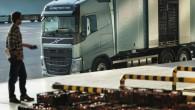 """Kravas transporta jomā laikietilpīgs process ir iekraušanas un izkraušanas darbi. Tādēļ """"Volvo Trucks"""" ir izstrādājis """"Work Remote"""" – bezvadu tālvadības..."""