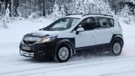 """Vairākās interneta vietnēs gandrīz vienlaicīgi parādījušies populārā minivena """"Renault Scenic"""" paaugstinātas pārgājamības versijas vēl daļēji maskēta nākamā automobiļa """"Cross"""" fotogrāfijas...."""