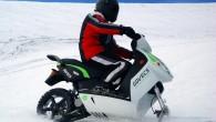 """Uzņēmuma """"RR Mobility"""" inženieri piedāvā speciālu aprīkojuma komplektu, ar kura palīdzību var ikdienišķu elektroskūteri pielāgot braukšanai pa sniegu. Kompānija """"Govecs""""..."""