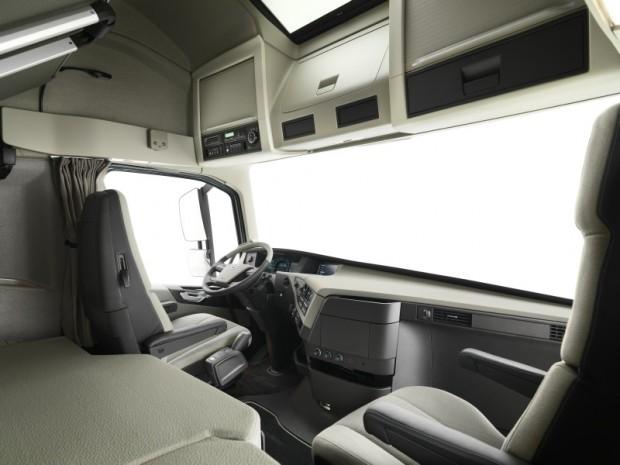 Volvo FH salon 02