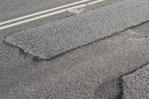 """Igaunijā """"ielāpi"""" uz asfalta ir rūpīgi nostrādāti un braucot tos gandrīz nejūt"""