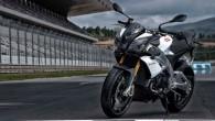"""Itāļu motociklu ražotājs """"Aprilia"""" oficiāli prezentējis modernizēto strītfaiteru """"Tuono V4R"""". Lai gan """"Tuono"""" aprīkojumā joprojām ir tas pats litrīgais četrcilindru..."""