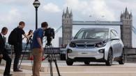 """Vienlaicīgi triju pasaules reģionu biznesa centros – Londonā, Ņujorkā un Pekinā – bavāriešu autoražotājs pirmdien rīkoja sava pirmā elektromobiļa """"i3""""..."""
