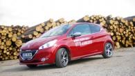 """Pagājušā gada pavasarī Ženēvas autoizstādē """"Peugeot"""" izbrauca uz rampas jaunās paaudzes mazauto """"208"""", bet pēc gada tirgū tika laista tā..."""