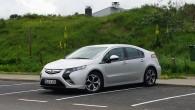 """Vācu autoražotājs """"Opel"""" atsevišķos tirgos ievērojami samazina """"Ampera"""" modeļa cenu, tādējādi, ražotāja paziņojumā paustajiem vārdiem izsakoties, veicot """"grūdienu"""" videi draudzīgas..."""