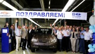"""Vakar (2. augustā) no kopuzņēmuma """"GM-AvtoVAZ"""" konveijera svinīgos apstākļos tika sagaidīts kompaktā apvidus automobiļa """"Chevrolet Ņiva"""" piecsimtstūkstošais eksemplārs. Kopīgi ar..."""