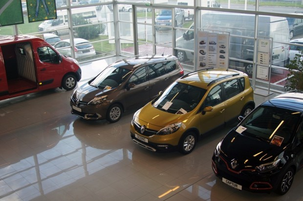 """Vēl nesen dīlercentra Skanstes ielā 2a jaumo modeļu ekspozīcijas zāles bija faktiski tukšas, bet tagad tajās atkal atgriezušies gan """"Renault"""", gan """"Dacia"""" jaunie modeļi"""