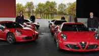 """Baloko testu centrā, Itālijas ziemeļos svinīgā pasākumā jaunajiem saimniekiem nodoti pirmie """"Alfa Romeo 4C"""". Kompānijas """"Alfa Romeo"""" pārstāvji bija sarīkojuši..."""
