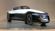 """""""Nissan"""" gatavojas laist sērijveida ražošanā trīsvietīgo elektriskās pidziņas rodsteru """"BladeGlider"""". Tā kabīnes izkārtojums ir līdzīgs kā """"McLaren F1"""", kur vadītājs..."""