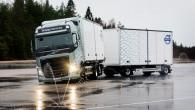 """Kravas tehnikas ražotājs """"Volvo Trucks"""" sācis aprīkot savus automobiļus ar """"Stretch Brake"""" sistēmu, kas apledojušās nogāzēs novērš piekabes nekontrolētu slīdēšanu...."""