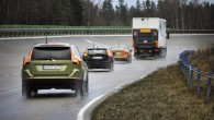 """Autoražotājs """"Volvo"""" sadarbībā ar Zviedrijas un Norvēģijas ceļu dienestiem uzsācis testēt mākoņa arhitektūras saziņas sistēmu, kas ļauj automobiļiem informēt citam..."""