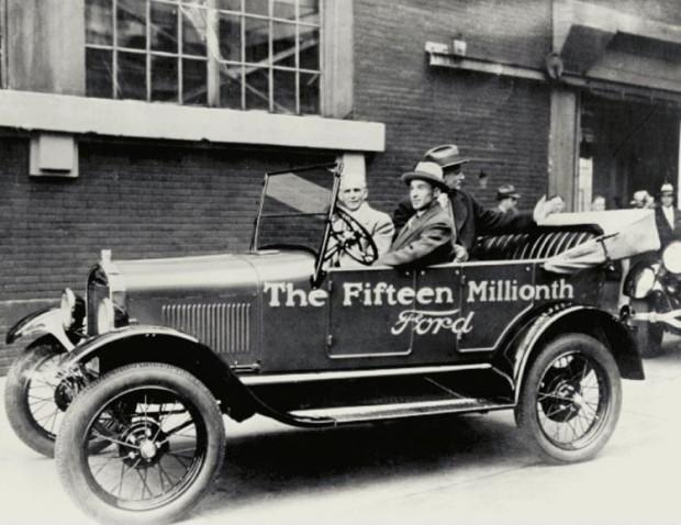 """Henriju Fordu pa rūpnīcas """"Highland Park"""" ar 15 miljonu """"Model T"""" ved dēls Edsels Fords"""