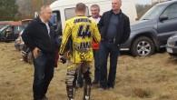 Pavērot amatieru cīņas motokrosā bija ieradies arī pazīstamais Jekabpils uzņēmejs, bijušais autosportists Aigars Nitišs (pirmais no kreisās)