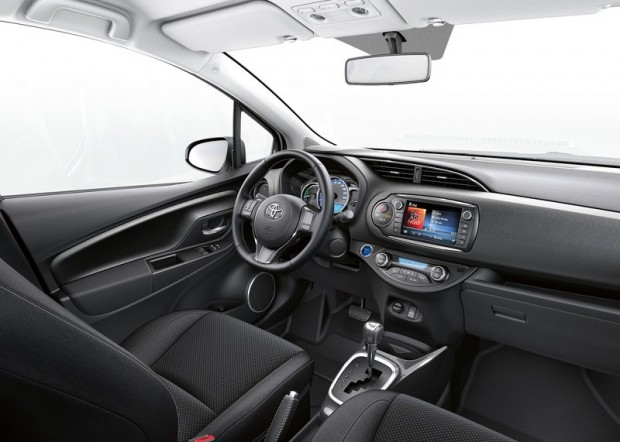 8-Toyota Yaris Hibrid_2015