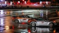 """Dubajā uzstādīts Ginesa rekords paralēlajā driftā – divi braucēji ar """"Nissan 370Z"""" automobiļiem nepārtrauktā sānslīdē nobraukuši 28,52 km. Rekordbrauciens bija..."""