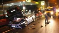 """Presē nonākuši fotouzņēmumi, kuros fiksēts brīdis pēc satiksmes negadījuma. kurā """"Mercedes-Benz"""" A klases hečbeks sabraucis policijas """"Lamborghini Gallardo"""". Visīstākā sabotāža!..."""