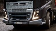 """Smagiem ekspluatācijas apstākļiem paredzētajām seglvilcēja """"FH"""" versijām tagad pieejams jauns pastiprinātas konstrukcijas priekšējais buferis. """"Volvo FH"""" modifikācija ar pastiprināto buferi..."""