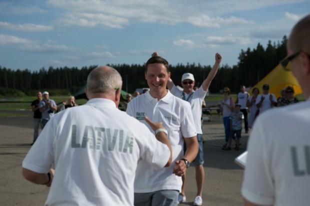 Balvu saņem Gatis Zeltiņš. Aizmugurē priecājas galvenās trofejas ieguvējs Virgo Unts