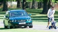 """Britu mediji fiksējuši mirkli, kad Elizabete II ar savu tumši zaļo """"Jaguar"""" universālu nobrauc no Ļielā Vindzoras parka celiņa, lai..."""