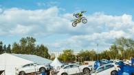 Vienīgais Baltijas augstākā līmeņa motofrīstailists Mārtiņš Aleksandrovičs sestdienas vakarā Rīgā izpildīja ekstrēmu triku kombināciju – ar krosa motociklu lecot pāri...