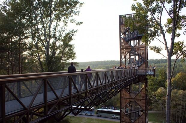 Skatu tornis ir 36 metrus augsts un paver gleznainus skatus uz Šventoji upes ieleju