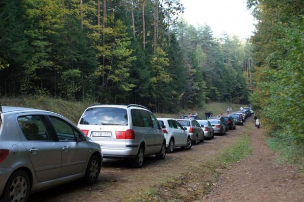 Piebraukt līdz autostāvvietai bija nereāli, mašīnu rinda stiepās vairāku kilometru garumā
