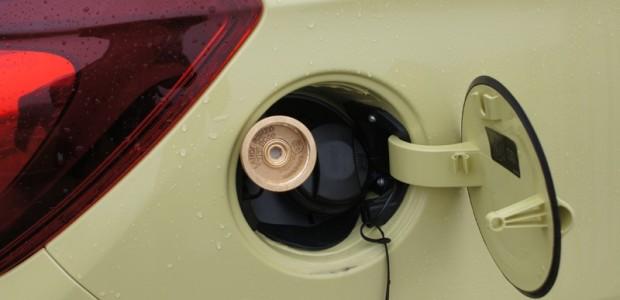 Gan gāzes, gan benzīna uzpildes 'kakli' ierīkoti tradicionālajā vietā