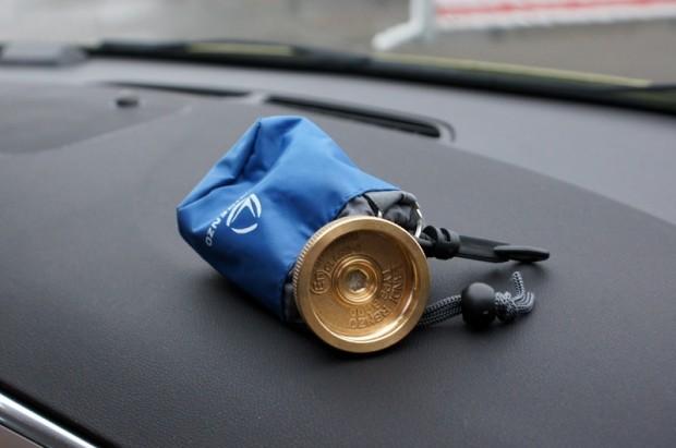 Lai uzpildītu gāzi, bākas izvadā jāieskrūvē papildu piltuve, ko būtu ieteicams glabāt mašīnas salonā noteiktā drošā vietā