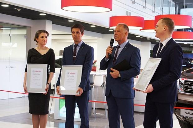 """Pasākuma laikā """"Norde"""" vadītājs Dainis Bremze (otrais no labās) sumināja uzņēmuma darbiniekus par ieguldījumu autosalonā pārbūvē"""