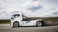 """""""Volvo Trucks"""" izgatavotais superjaudīgais kravas vilcēja prototips """"Dzelzs bruņinieks"""" (Iron Knight) jau otro reizi kļuvis par pasaulē ātrāko kravas automašīnu...."""