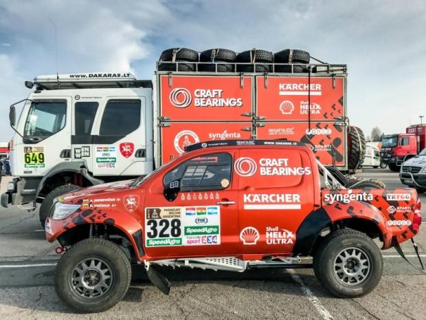 """Antana Jukņēviča """"Hilux"""" un tehniskās palīdzības mašīna Havras ostā Francijā"""