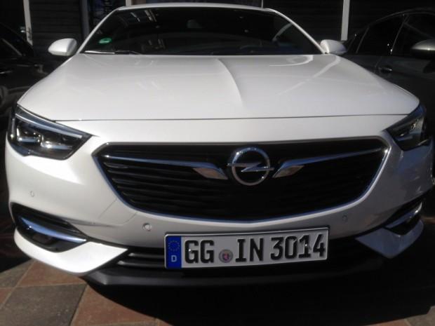 """No """"Opel"""" logotipa atejošās hromētās līnijas tagad mainījušas formu"""