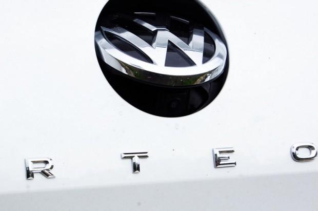 Atpakaļskata kamera atjautīgi paslēpta zem VW logotipa un tādējādi pasargāta no aizsmērēšanās