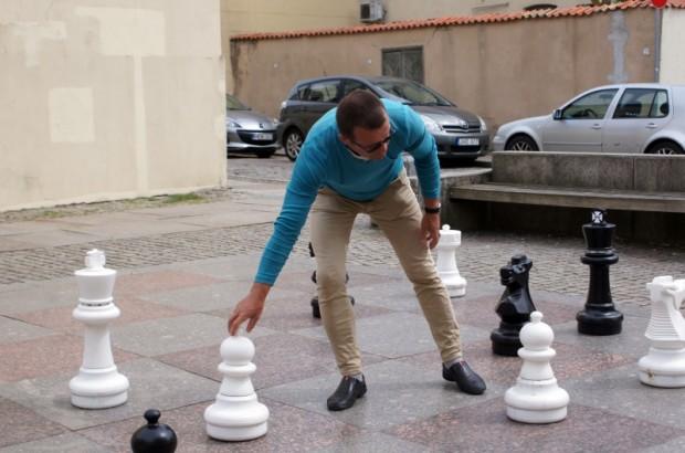 Klaipēdas vecpilsētā var uzspēlēt šahu.