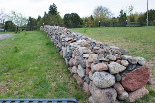 Ceļmalas bieži rotā krautu  akmeņu sētas.