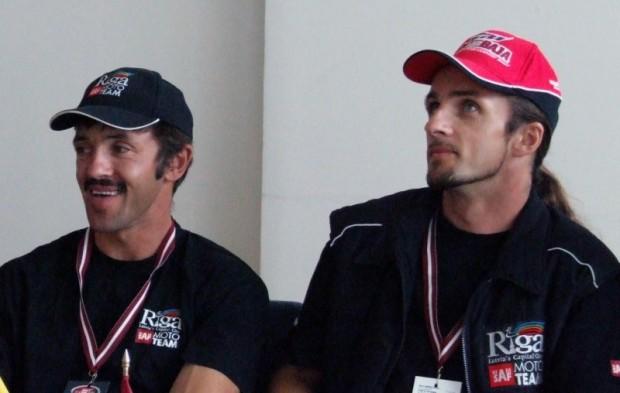 """Einārs (no kreisās) un Jānis Vinteri preses konferencē pašu mājās rīkotājā rallijreidā """"Latvian Baja 2005"""""""