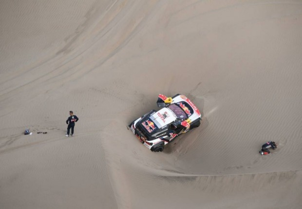 Sebastians Lēbs un Daniels Elena pēc negadījuma 5.etapā, kas beidzās ar izstāšanos