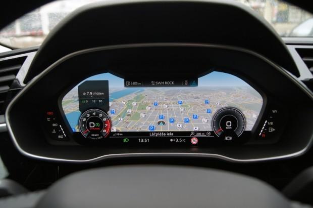 12 collu lielais Virtual Cocpit ļauj spēlēties, bet arī bāzes displejs ir virtuāls, tikai ne tik krāsains un ar mazāku ekrānu.