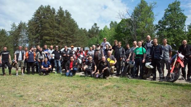 """""""Latvijas Gada motocikls 2019"""" žūrijas, dalībnieku un rīkotāju kopbilde"""