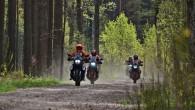 Piedzīvojumu motocikli tika izmēģināti arī meža celiņos