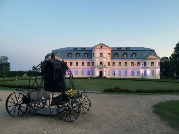 Grāfu Plāteru jauno pili sāka būvēt Konstantīns Ludvigs Plāters 1765.gadā, bet pabeigta tā tika jau 1791.gadā Augusta Hiacinta Plātera laikā.