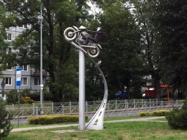 Sovetskā ievērojām interesantu motobraucējiem veltītu skulptūru