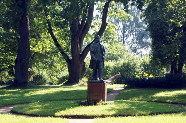 """Eduarda Veidenbauma piemineklis """"Kalāču"""" dārzā"""
