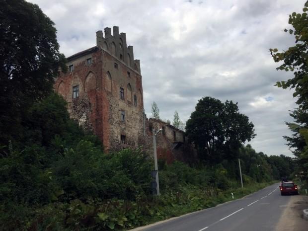 Atliekas no kādreiz prāvās Georgenburgas pils, kur 1739.gadā pusdienas pa ceļam uz Rīgu esot ieturējis Prūsijas karalis Frīdrihs Vilhelms I un vairākārts apmeties arī