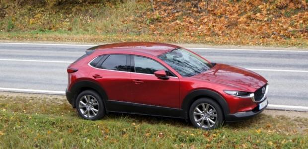 """Jau vairāk kā desmit gadus esam radināti, ka ar viencipara skaitli papildināts CX apzīmējums """"Mazda"""" modeļu saimē nozīmē – krosovers...."""