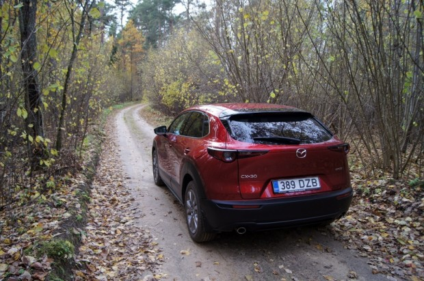 Mazda CX-30 ar saprātīgiem riteņiem no lauku ceļiem nebaidās