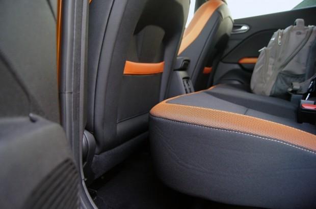 Ja aizmugures sēdekli pa sliecītēm sabīda par visiem 16 cm, bagāžnieks jūtami iegūst, bet pasažieru kājām vairs vietas īsti nav.