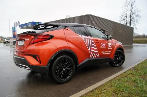 """""""Toyota C-HR"""" ir parasts sērijveida automobilis, kas no skata atgādina tjūninga upuri"""