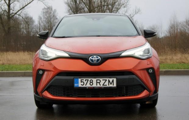 """Tieši no priekšpuses C-HR izskatās kā jau """"Toyota"""" un nemaz neļauj nojaust, ka sānskats un aizmugure slēpj ir atšķirīgi"""